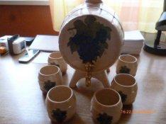 Díszhordó poharakkal