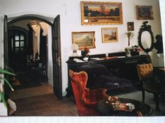 Eladó antik bútorok költözés miatt,kistállaló,asztal, szék,vitrines
