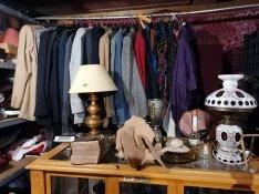 Eladó antik régiségek, népi, paraszti tárgyak, könyvek, retró ruhák