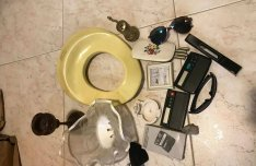 Eladók napszemüveg, telefontok.számológép,WC-szűkítő, kép, gyertyatar