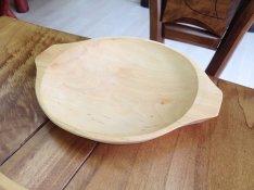 Fából készült kör alakú tányér