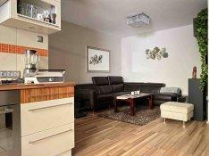 Kertkapcsolatos, felújított, csendes lakás, jó lakóközösséggel