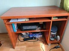 Mahagóni színű számítógépes íróasztal székkel