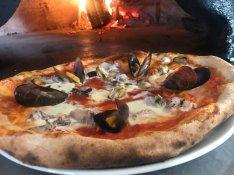 Pizzakészítő és szakács munkatársat keresek. 1800-2000.- / óra