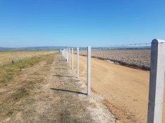 Szögletes betonoszlop drótfonat vadháló kerítés építés kerítésoszlop