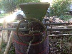 Szőlődaráló és fa kád jó állapotban
