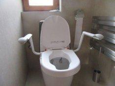 WC magasitó ülőke karfa karfás karfával fedél fedeles fedéllel tetővel