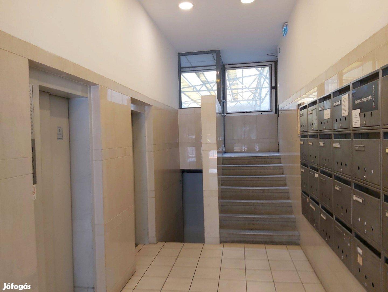 5 ker Frekventált helyen Szent I.tér iroda lakás kiadó