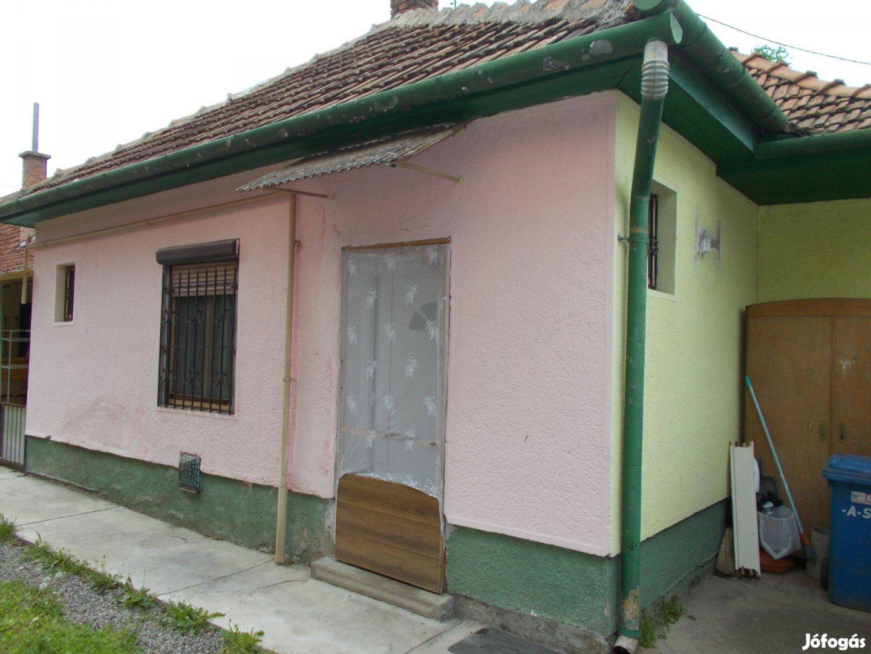 Békéscsaba belvárosában utcafronti házrész eladó!