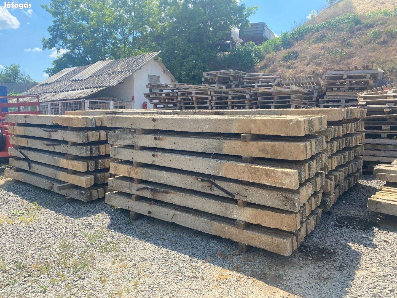 Bontott kerítésoszlop