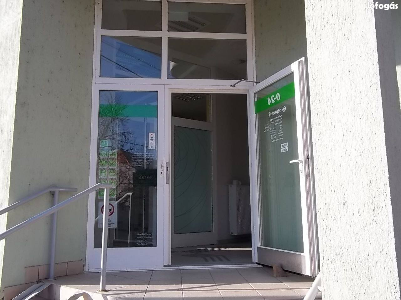 Hőgyész központjában volt OTP fiók épülete eladó