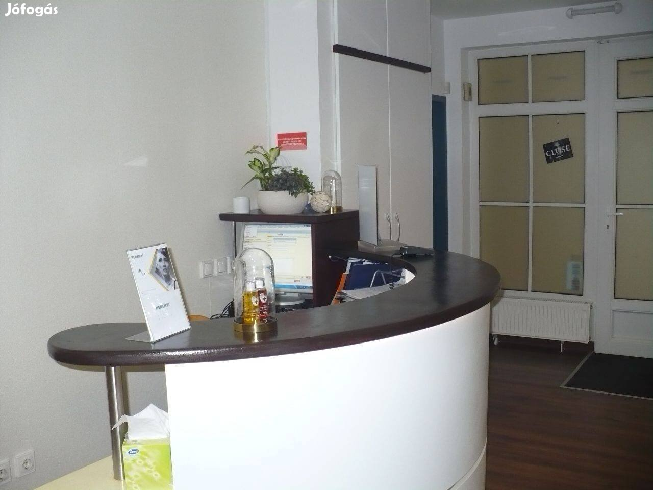 Kolosy térnél irodaházban földszinti 126m2-es szépségszalon központi h