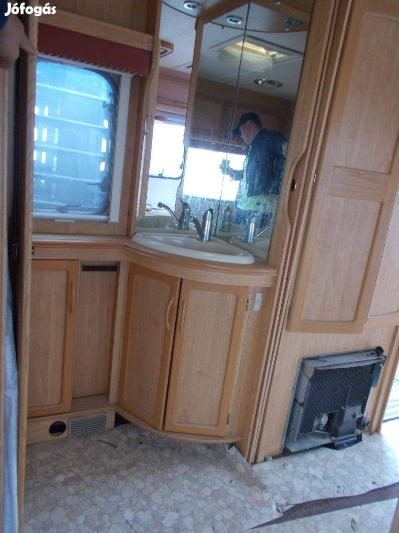 Lakókocsi fürdőszoba