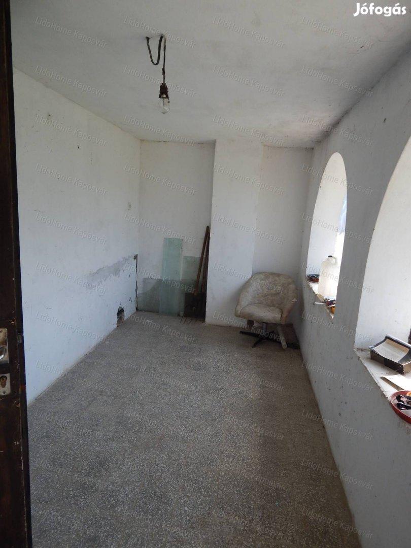 Részpanorámás, összkomfortos zártkerti családi ház Kaposváron