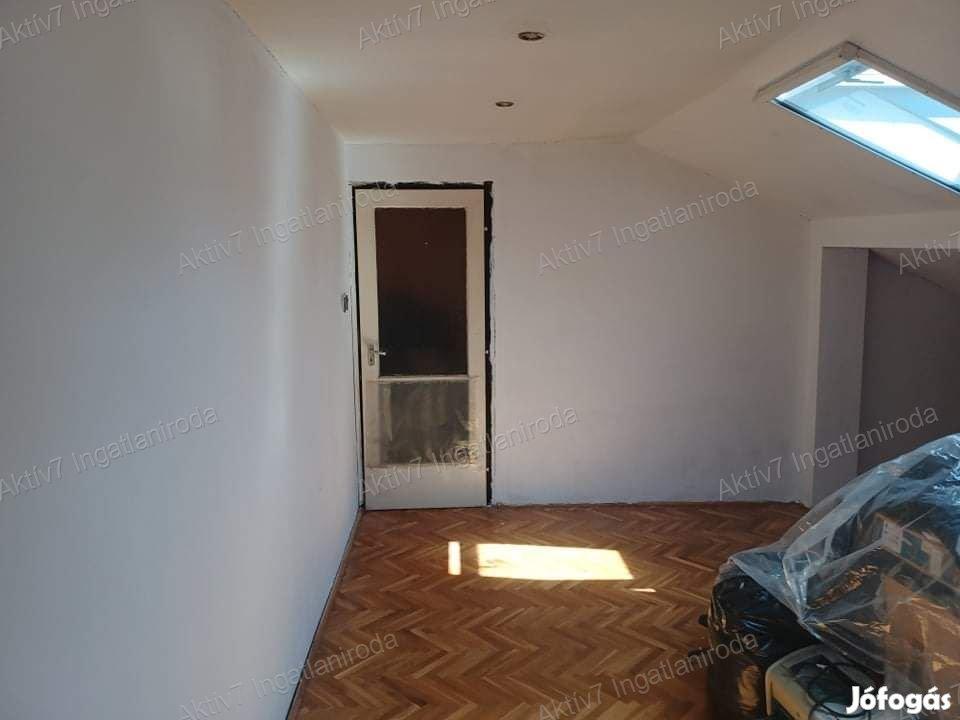 Szegeden az Ősz utcában nappali + 3 szobás ház, 307 nm telken eladó!