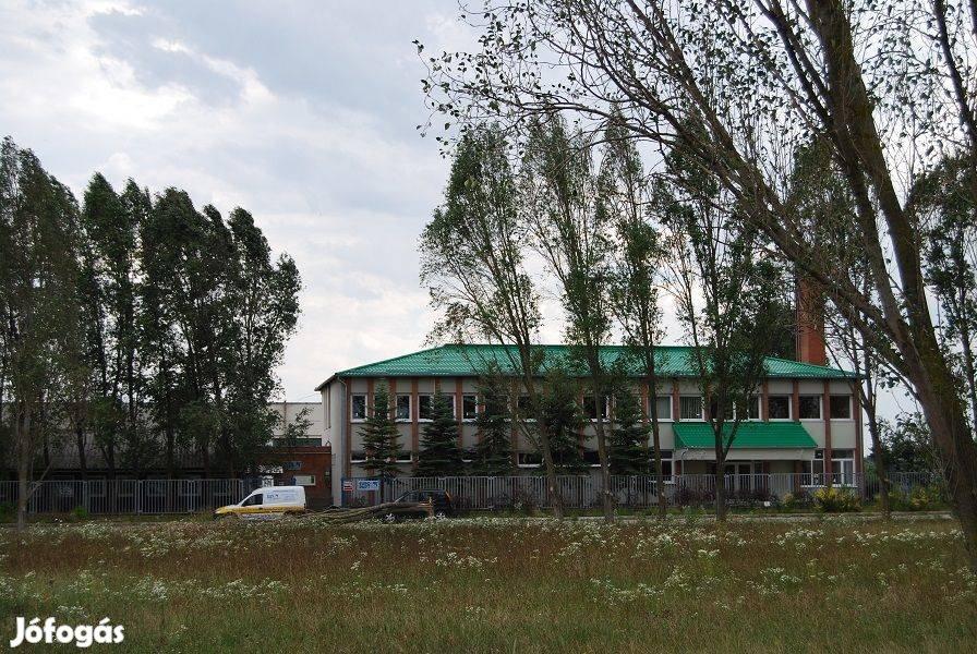 Több mint 3 ha területen, több mint 3000 m2 felépítménnyel telephely