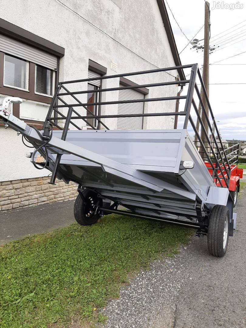 Utánfutó rendelhető, laprugós, lengéscsillapítós. 130cm*220cm raktér